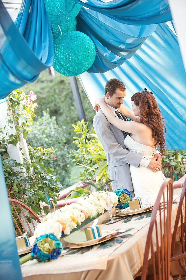 feather+wedding+theme+inspiration+blue+teal+turquoise+beige+champagne+green+reception+table+centerpiece+table+place+setting+escort+card+cards+bouquet+bridesmaids+dresses+bridal+dress+gown+meghan+wiesman+photography+25 - Show your feathers!