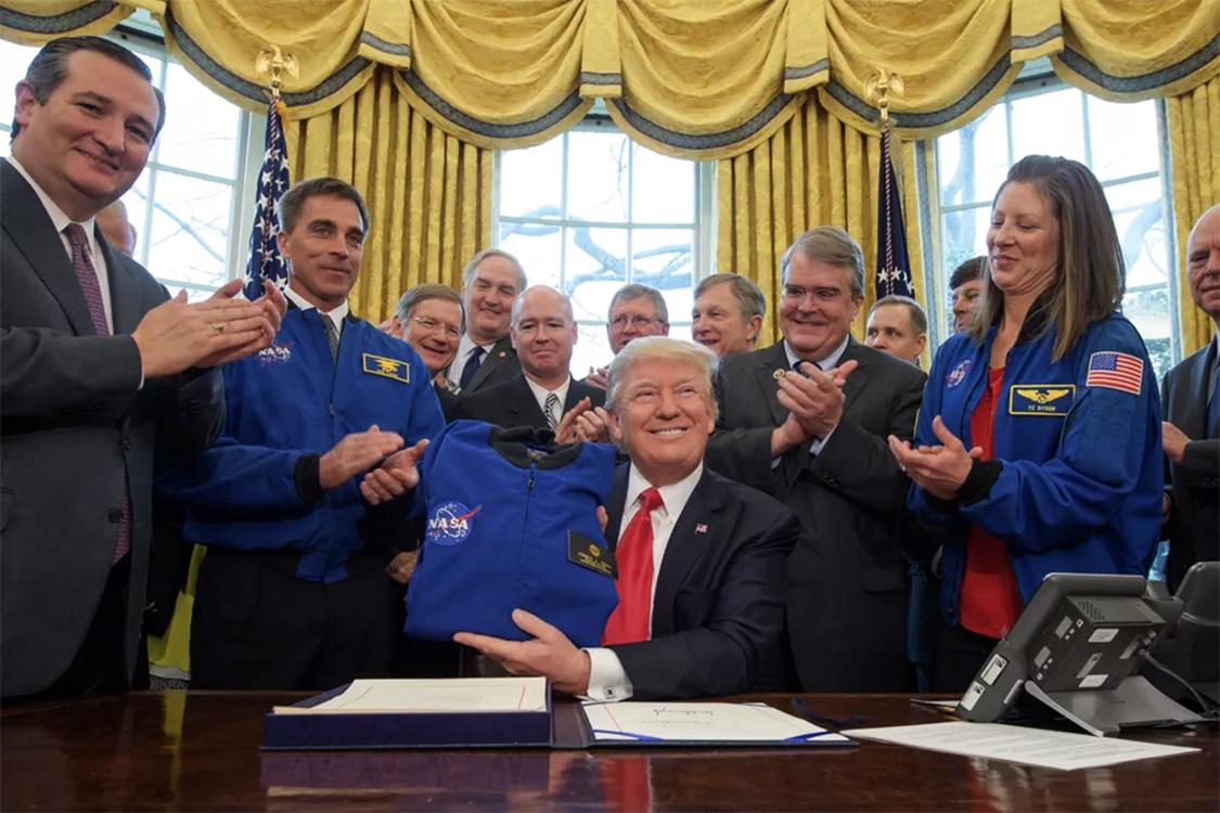 """Donald Trump libera NASA para """"retornar"""" a Lua"""