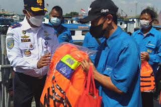 Sambut Harhubnas 2021, KSU Tanjung Priok Bagikan Jaket Pelampung ke Taksi Air Pelabuhan Priok