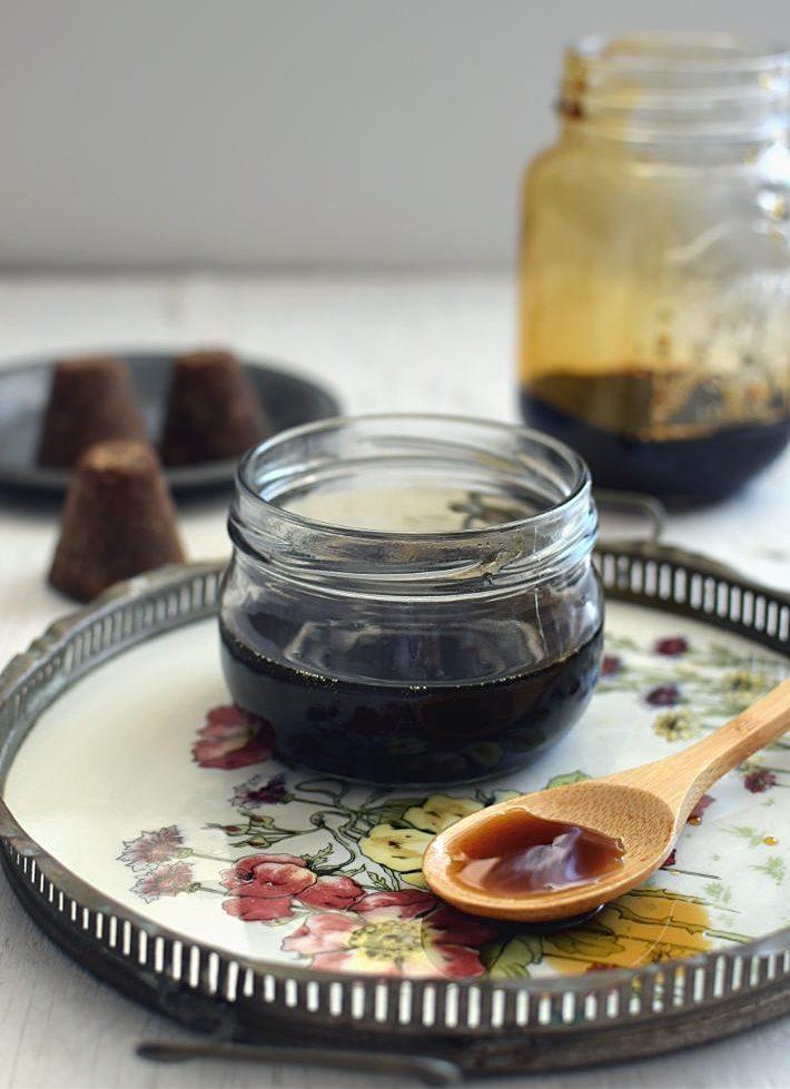 Miel de panela con especias guardada en un bote de cristal