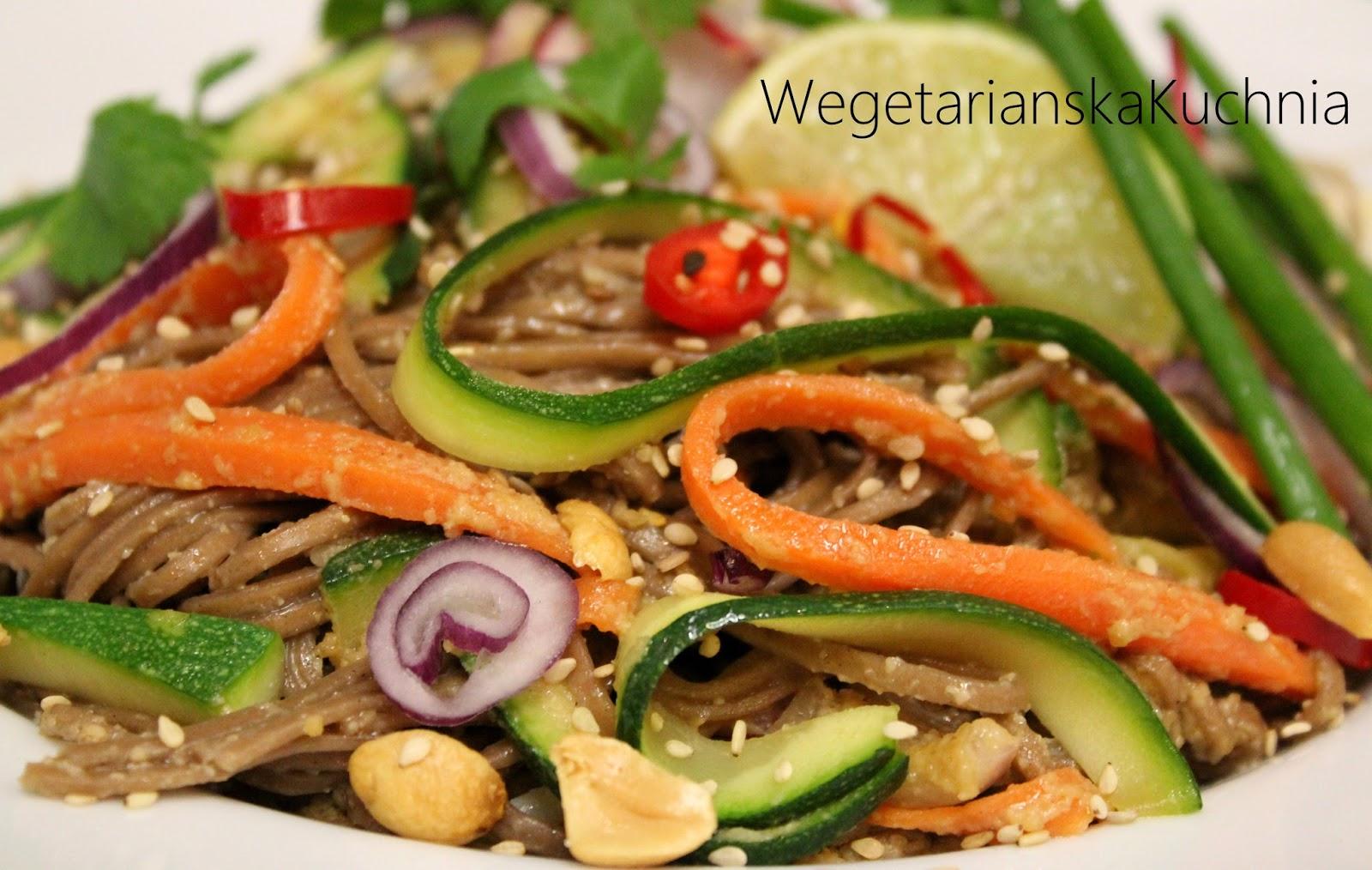 Pad Thai z warzywami i sosem orzechowo-sezamowym