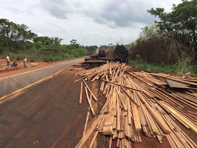 Carga de madeira derrama na BR-222