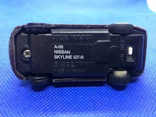 日産 スカイライン GT-Rのおんぼろミニカーを底面から撮影