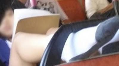 Geger.. Siswi Pakai Rok Mini dan Naikan Kakinya di Atas Bus, Sampai Kelihatan�