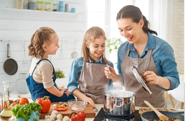 menghangatkan makanan anak