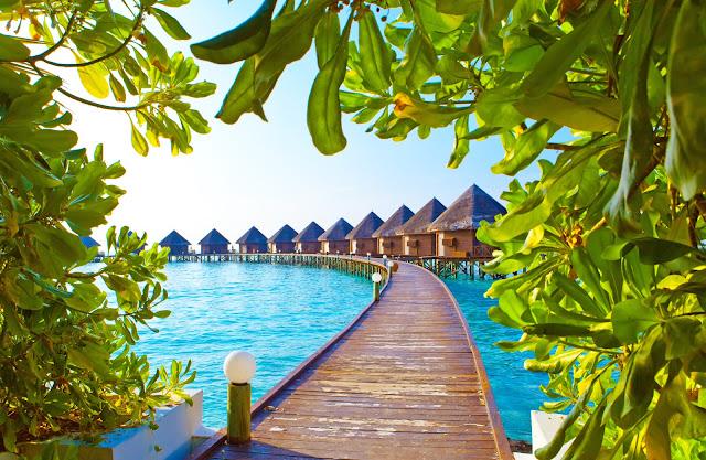 Мальдивские острова. Виллы на сваях на воде