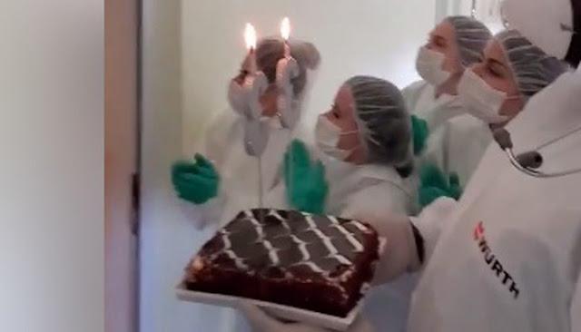 Врачи отмечают день рождения изолированного пациента! Как трогательно!