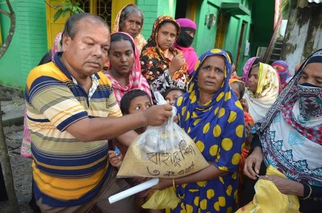 মোংলায় অসহায় পরিবারকে খাদ্য সহায়তা দিয়েছেন ব্যবসায়ী বাহাদুর মিয়া