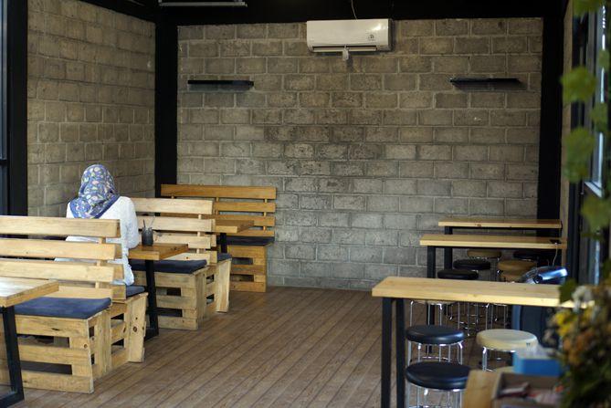 Ruangan dalam kedai kopinya