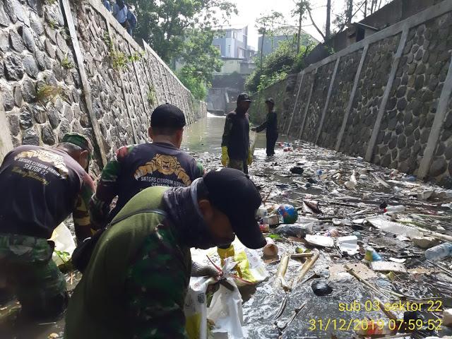 Gandeng KKN UPI, Satgas Sub 03 Sektor 22 Citarum Harum Bersihkan Sungai Ciwarga