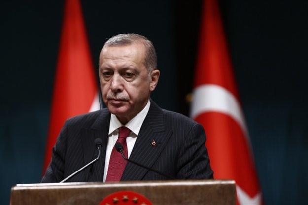 Δέσμευση Ερντογάν να «τιμωρήσει» όσους βγάζουν δολάρια εκτός Τουρκίας