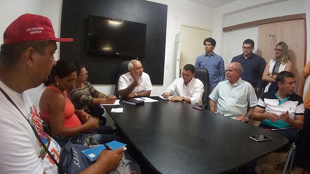 Prefeito Padre Eraldo recebe representantes do Movimento Sem Terra em seu gabinete