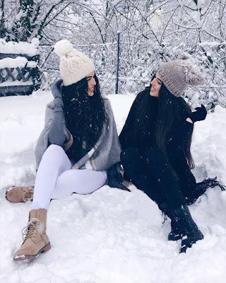 amigas sentadas en la nieve