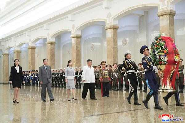 kim jong un and ri sol ju visiting kumsusan palace of sun