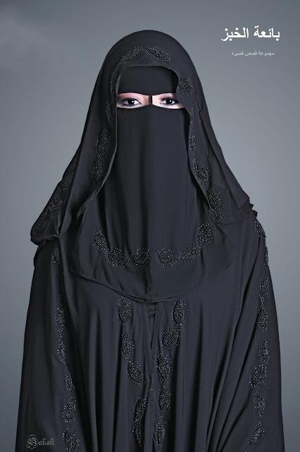 a88a76966 إنها الذّئاب الجائعة جنسياً، تحوم حول الفريسة الجديدة! إمْتعضْتُ من هذا  المشهد الحيواني، وبدأتُ أعرف سبب لجوء عايدة القصْري إلى هذا الزّيّ الأفغاني  الأسود، ...