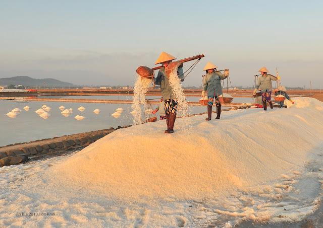 Gánh muối trong nắng mai