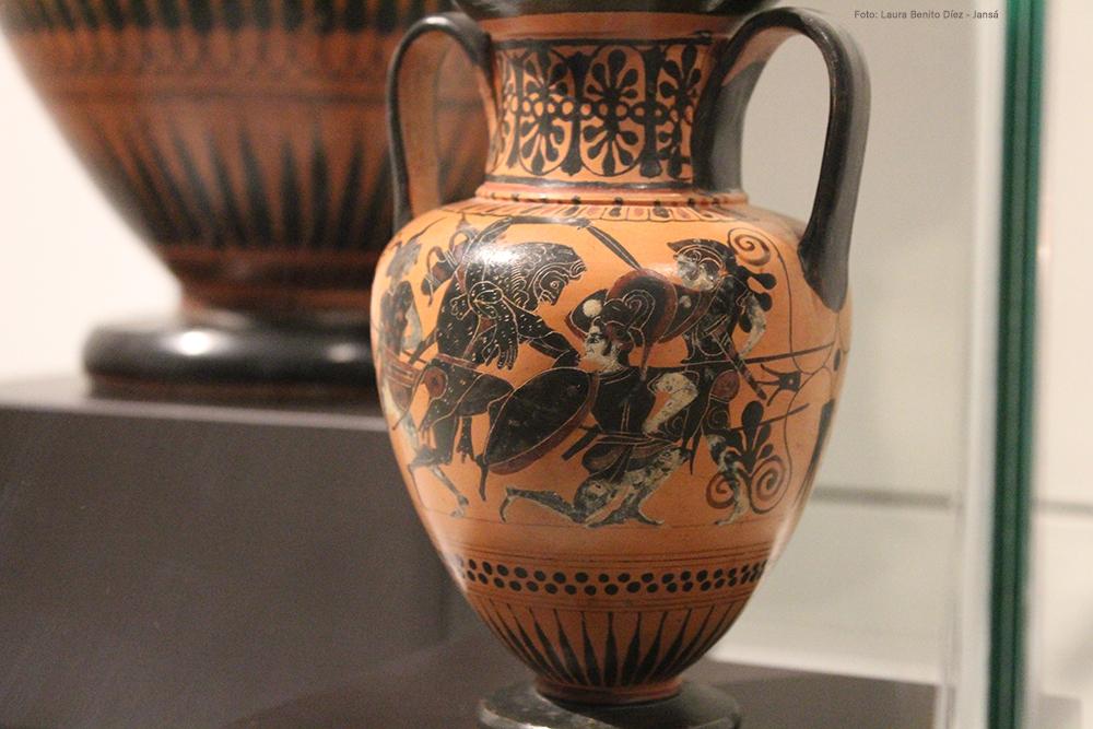 Amazonas ataviadas como hoplitas enfrentándose a Heracles, cerámica de figuras negras, Museo Arqueológico Nacional.
