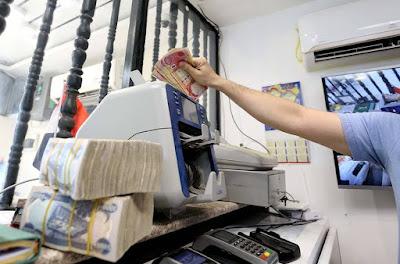 المالية تنفي تأخر توزيع الرواتب