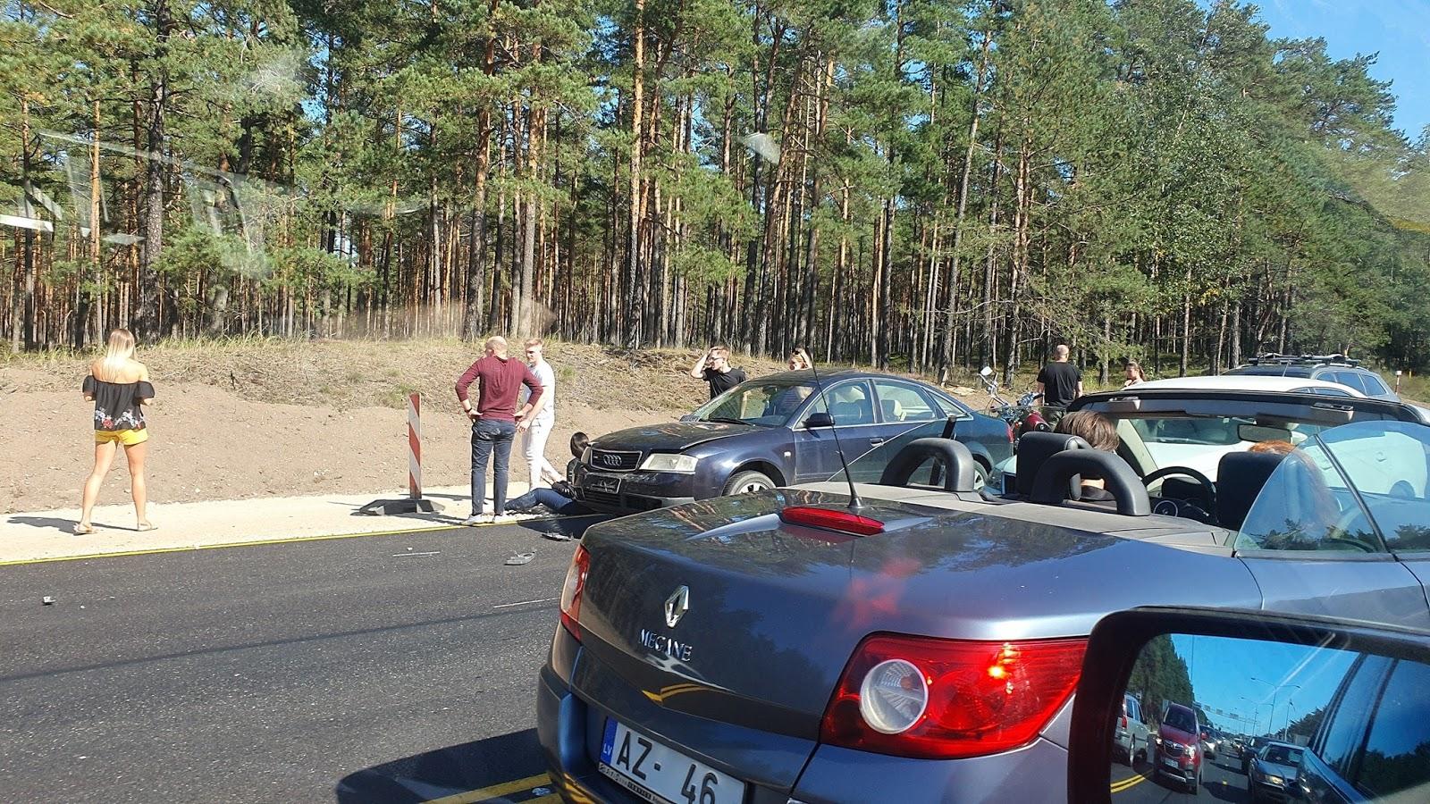 Motocikla un divu vieglo auto avārija pirms Jūrmalas