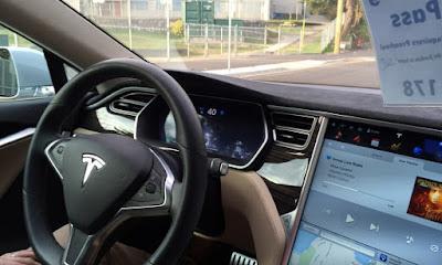 Vehículos Tesla cruzarán datos con Facebook para decidir a quién atropella