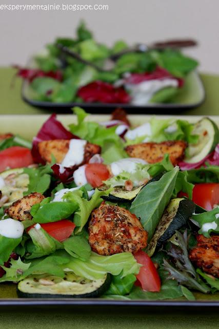 Sałatka z kurczakiem i pieczonymi warzywami