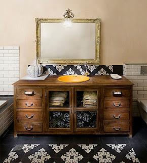 Cômoda usada como gabinete e bancada de banheiro
