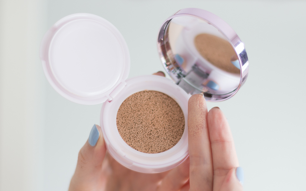 L'Oreal Nude Magique Cushion Foundation 01 Swatch Finger