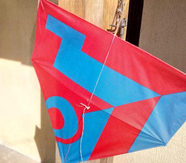 Pipa de papel nas cores azul e vermelha