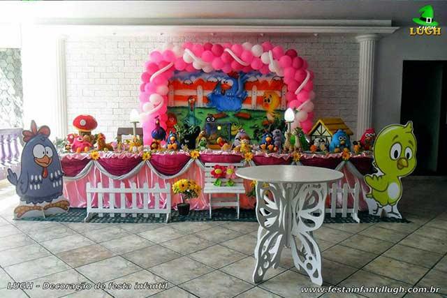 Mesa decorada tradicional super-luxo com toalhas de tecido tema Galinha Pintadinha