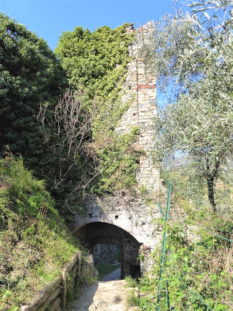 la porta nella cinta muraria nel castello di monterosso