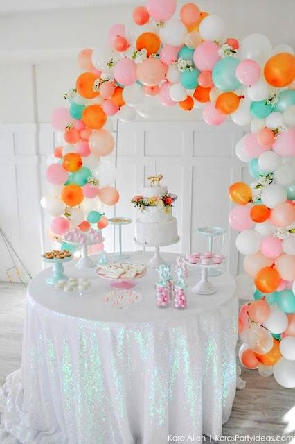 decoracao colorida com baloes