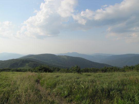 Widok z Jasła na Małe Jasło (grzbiet z polaną).