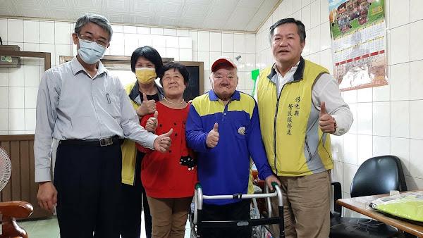 感謝榮民前輩對國家貢獻 彰化榮服處長楊雨榮轉贈「足感心」