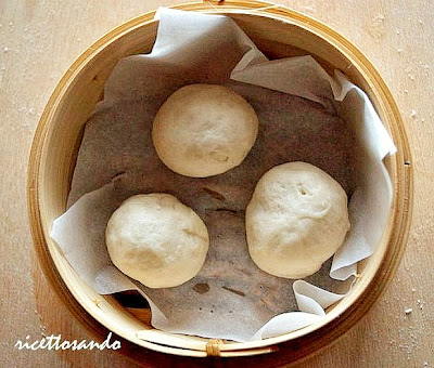 Pane cinese  a vapore o Mantou  poniamo nei cestini per la cottura