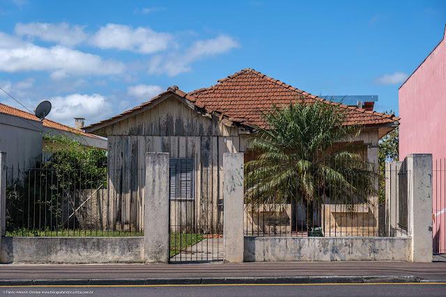 Casa de madeira na Av. Anita Garibaldi com a escultura de um sapo de jardim