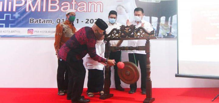Luncurkan Gerakan Peduli PMI Batam,  Pjs Walikota Batam  Serahkan Bantuan Uang Tunai Rp 10 Juta