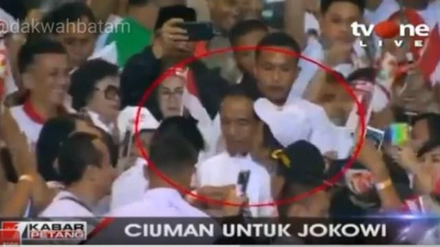 Di Konvensi Rakyat, Jokowi Dicium Seorang Pria