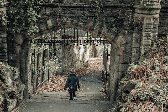 Beaumont Park walking though the castle ruins