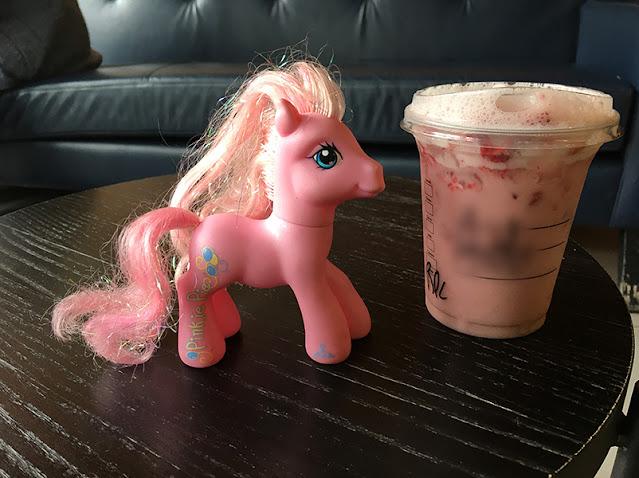 Pônei de brinquedo com café rosa do Starbucks