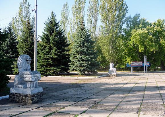 Костянтинівка. Парк «Ювілейний». 203 га. Скульптури левів біля входу