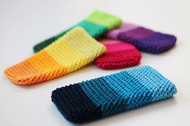 Small crochet projects, 1 ball crochet projects. Crochet smartphone cosies by Haak maar raak | Happy in Red