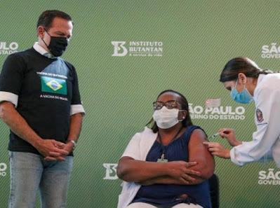 Enfermeira de São Paulo é 1ª brasileira vacinada contra covid-19