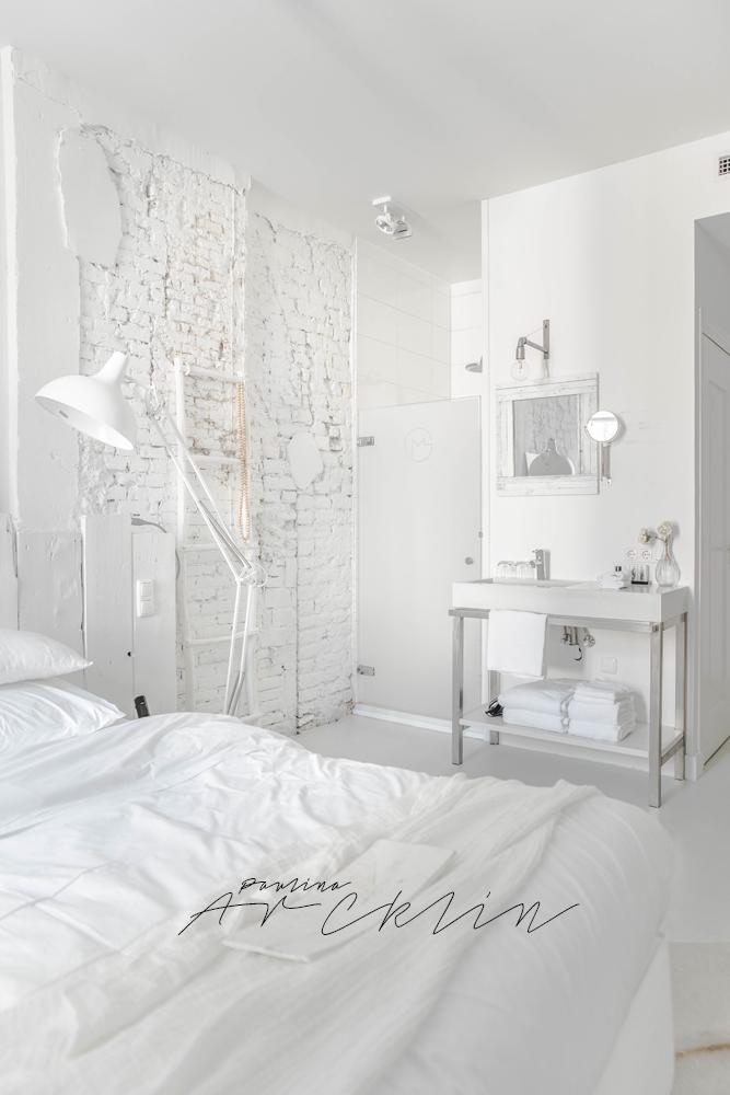 Una habitación de hotel con el lavabo en el dormitorio