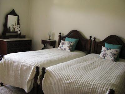Duas camas num dos quartos da Casa Mindela
