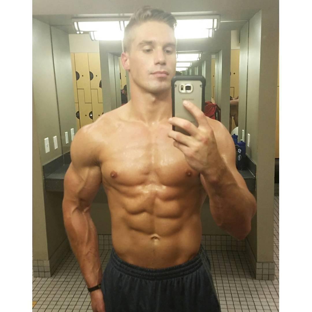 fit-strong-young-guys-daniel-rumfelt-shirtless-muscular-sweaty-body-selfie
