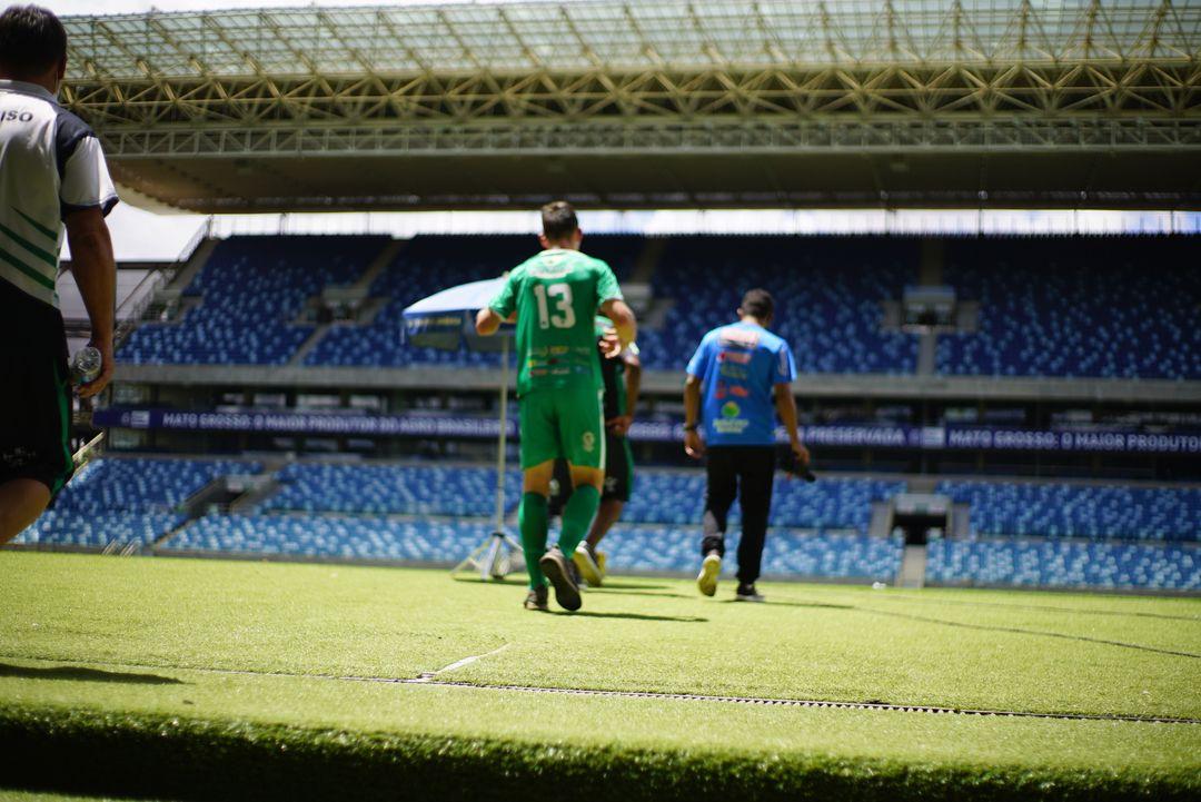 Atleta entrando em campo na Arena Pantanal