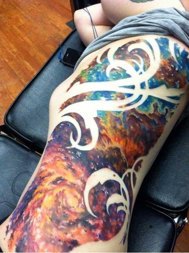 tatuaje de nebulosas espaciales en las costillas es simplemente espectacular