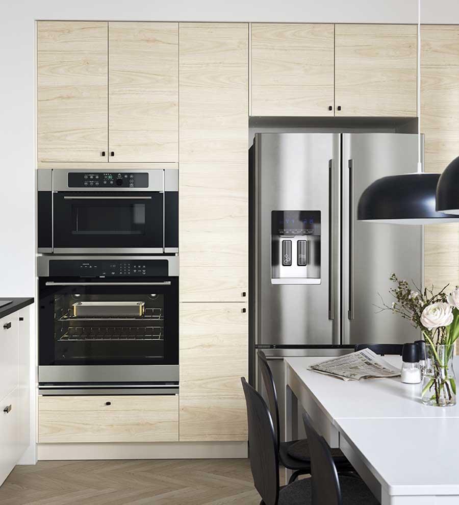 Novedades catálogo Ikea 2020 cocina muebles madera natural clara y silla negra