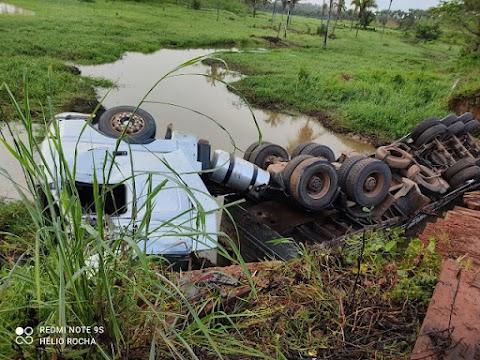 Caminhão tomba após ponte ceder na zona rural de Igarapé Grande