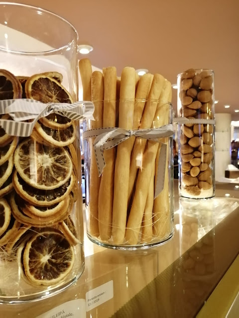 Lasimaljoissa kuivattuja hedelmiä, pähkinöitä ja grissinejä.